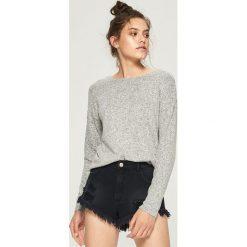 Swetry klasyczne damskie: Sweter z wycięciem na plecach – Jasny szar