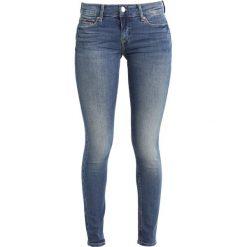 Tommy Jeans MID RISE SKINNY NORA Jeans Skinny Fit royal blue stretch. Niebieskie jeansy damskie relaxed fit Tommy Jeans, z bawełny. Za 449,00 zł.