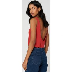 NA-KD Podkoszulek z głębokim dekoltem na plecach - Red. Szare podkoszulki damskie marki NA-KD, z bawełny, z podwyższonym stanem. Za 80,95 zł.