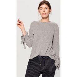 Sweter z wiązaniem przy rękawach - Szary. Szare swetry klasyczne damskie marki Mohito, l. W wyprzedaży za 59,99 zł.