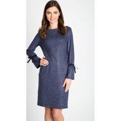 Granatowa sukienka z wiązanymi rękawami QUIOSQUE. Szare sukienki na komunię marki QUIOSQUE, z dekoltem na plecach. W wyprzedaży za 149,99 zł.