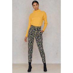 Spodnie z wysokim stanem: Qontrast X NA-KD Spodnie Piping - Multicolor