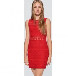 Ażurowa sukienka - Czerwony. Czerwone sukienki marki Cropp, l, w ażurowe wzory. Za 89,99 zł.