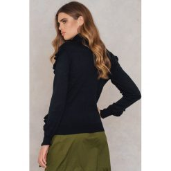 Rut&Circle Sweter w prążki z falbanką Anette - Black. Czarne golfy damskie Rut&Circle, w prążki, z dzianiny. W wyprzedaży za 80,98 zł.