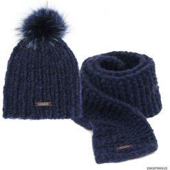 Czapka z pomponem i szalik w kolorze granatowym. Niebieskie czapki zimowe damskie Pakamera, z wełny. Za 149,00 zł.