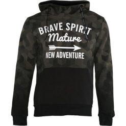 Ciemnozielona Bluza New Adwenture. Czarne bluzy męskie rozpinane marki Born2be, l, z aplikacjami, z dresówki. Za 89,99 zł.