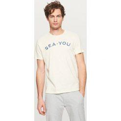 T-shirty męskie: T-shirt z aplikacją sea-you – Kremowy