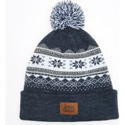 Wzorzysta czapka z pomponem - Granatowy. Niebieskie czapki męskie Cropp. Za 39,99 zł.