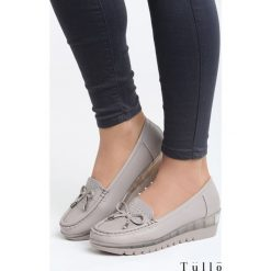 Szare Koturny Sparks. Szare buty ślubne damskie marki Born2be, z okrągłym noskiem, na niskim obcasie, na koturnie. Za 79,99 zł.