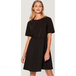 Rozkloszowana sukienka z krótkimi rękawami - Czarny. Sukienki małe czarne marki numoco, na ślub cywilny, l, z elastanu, eleganckie, z klasycznym kołnierzykiem. Za 119,99 zł.