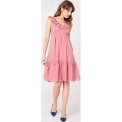 Debiflue x NA-KD Sukienka z wycięciami - Pink. Zielone sukienki na komunię marki Emilie Briting x NA-KD, l. Za 242,95 zł.