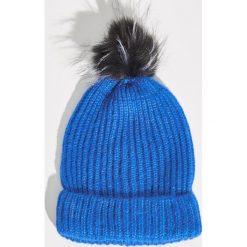 Czapka z puszystym pomponem - Niebieski. Niebieskie czapki zimowe damskie Sinsay. Za 19,99 zł.