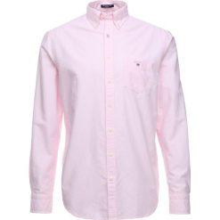 GANT THE OXFORD Koszula light pink. Czerwone koszule męskie marki GANT, l, w kratkę, z bawełny, z klasycznym kołnierzykiem. Za 379,00 zł.