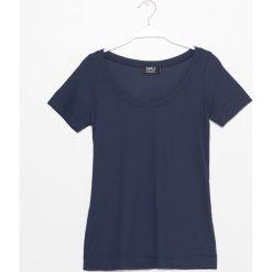 Bluzka. Niebieskie bluzki asymetryczne Simple, z dzianiny, klasyczne, z klasycznym kołnierzykiem, z krótkim rękawem. Za 179,90 zł.