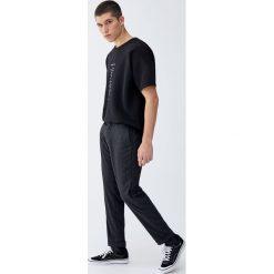 Spodnie chinosy w kratkę vichy. Szare chinosy męskie Pull&Bear, w kratkę. Za 129,00 zł.