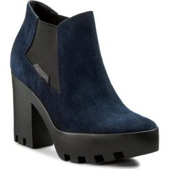 Botki CALVIN KLEIN JEANS - Sandy R3493 Midnight. Niebieskie buty zimowe damskie marki Calvin Klein Jeans, z jeansu, na obcasie. W wyprzedaży za 309,00 zł.