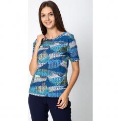 Niebieska bluzka ze wzorem QUIOSQUE. Niebieskie bluzki damskie QUIOSQUE, z nadrukiem, z bawełny, biznesowe, z dekoltem w łódkę. W wyprzedaży za 49,99 zł.