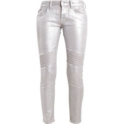 Mavi AURA Jeansy Slim Fit galactic silver. Szare rurki damskie Mavi. W wyprzedaży za 244,30 zł.
