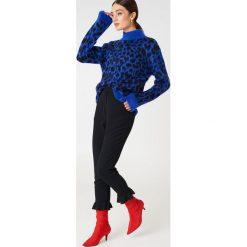 NA-KD Spodnie wykończone falbaną na nogawce - Black. Szare spodnie z wysokim stanem marki NA-KD, z bawełny, z podwyższonym stanem. Za 161,95 zł.