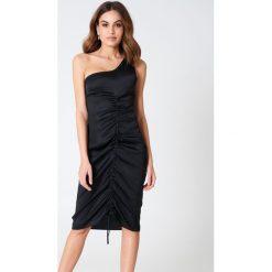 Sukienki hiszpanki: Hannalicious x NA-KD Sukienka na jedno ramię ze sznurkiem – Black
