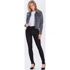 """Dżinsy """"Natalia"""" - Super Skinny fit - w kolorze czarnym. Czarne rurki damskie marki Cross Jeans, z aplikacjami. W wyprzedaży za 90,95 zł."""