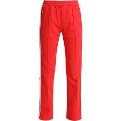 Calvin Klein Jeans TAPED STRAIGHT FIT TRACK PANT Spodnie treningowe tomato. Czerwone spodnie sportowe damskie Calvin Klein Jeans, xs, z bawełny. Za 549,00 zł.