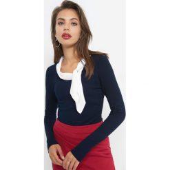 Bluzka wiązana przy dekolcie. Niebieskie bluzki asymetryczne Orsay, z dzianiny, z kontrastowym kołnierzykiem. Za 99,99 zł.