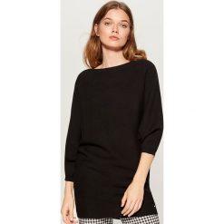 Luźny sweter z prostym dekoltem - Czarny. Czarne swetry klasyczne damskie marki Mohito, l. Za 129,99 zł.
