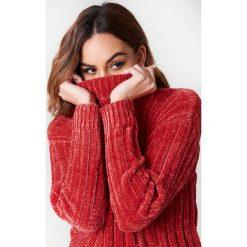 NA-KD Szenilowy sweter oversize - Red. Czerwone swetry oversize damskie NA-KD, z dzianiny. W wyprzedaży za 101,48 zł.