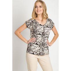 Wiskozowa bluzka ze wzorem QUIOSQUE. Białe bluzki z odkrytymi ramionami marki QUIOSQUE, z wiskozy, biznesowe, z krótkim rękawem. W wyprzedaży za 39,99 zł.