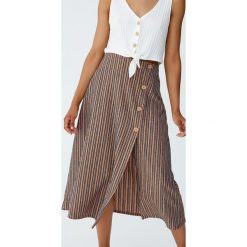 Spódnica midi z guzikami z boku. Niebieskie spódniczki marki Pull&Bear. Za 69,90 zł.