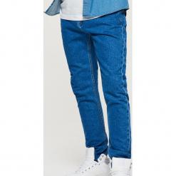 Jeansy COMFORT CARROT - Niebieski. Niebieskie jeansy męskie Cropp. Za 99,99 zł.