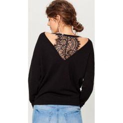 Swetry klasyczne damskie: Sweter z koronkową wstawką - Czarny