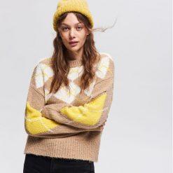 Sweter z geometrycznym wzorem - Beżowy. Brązowe swetry klasyczne damskie marki Vila, l, z elastanu. Za 119,99 zł.