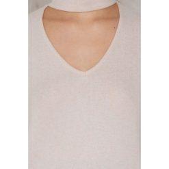 NA-KD Dzianinowy sweter z głębokim dekoltem - Pink. Zielone swetry klasyczne damskie marki Emilie Briting x NA-KD, l. W wyprzedaży za 48,59 zł.