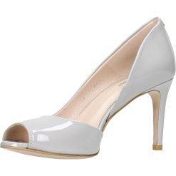 Czółenka OLIVIA. Szare buty ślubne damskie Gino Rossi, z lakierowanej skóry, na wysokim obcasie, na szpilce. Za 169,90 zł.