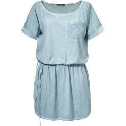 Sukienka z dekoltem panaca. Niebieskie sukienki mini marki SaF, na co dzień, xl, z żakardem, z asymetrycznym kołnierzem, dopasowane. W wyprzedaży za 89,50 zł.