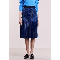 DESIGNERS REMIX TILLIE Spódnica plisowana blue metallic. Białe spódniczki plisowane damskie marki DESIGNERS REMIX, z elastanu, polo. W wyprzedaży za 801,75 zł.