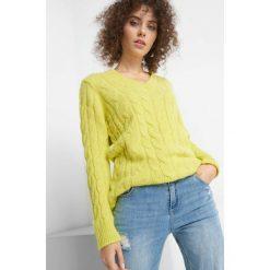 Sweter z warkoczami. Żółte swetry klasyczne damskie marki Orsay, xs, z dzianiny, dekolt w kształcie v. W wyprzedaży za 80,00 zł.