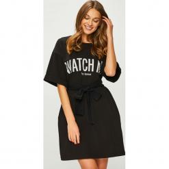 Answear - Sukienka Watch me. Szare sukienki dzianinowe marki ANSWEAR, na co dzień, l, z nadrukiem, casualowe, z okrągłym kołnierzem, z krótkim rękawem, mini, proste. W wyprzedaży za 139,90 zł.