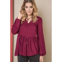 BLUZKA ONE Z SZEROKĄ FALBANĄ BORDO. Czerwone bluzki damskie Yups, uniwersalny, z materiału, z długim rękawem. Za 119,90 zł.