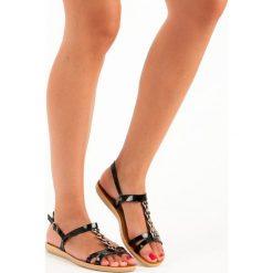 Lakierowane sandały ze sprzączką TOP SHOES czarne. Czarne rzymianki damskie TOP SHOES, z lakierowanej skóry. Za 49,90 zł.