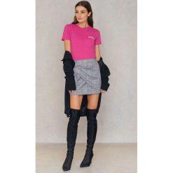 Samsoe & Samsoe T-shirt Lida - Pink. Różowe t-shirty damskie Samsøe & Samsøe, z aplikacjami, z bawełny, z okrągłym kołnierzem. W wyprzedaży za 72,89 zł.