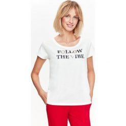 T-SHIRT DAMSKI Z NADRUKIEM KRÓTKI RĘKAW. Szare t-shirty damskie marki Top Secret, eleganckie, z chokerem. Za 14,99 zł.