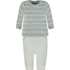 2-częściowy zestaw w kolorze szaro-białym. Białe t-shirty chłopięce marki Kanz, z aplikacjami, długie. W wyprzedaży za 47,95 zł.