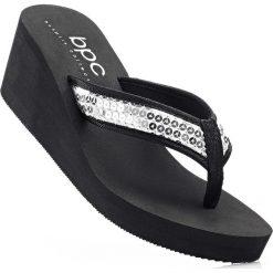 Klapki na koturnie bonprix czarny. Czarne buty ślubne damskie marki bonprix, na koturnie. Za 69,99 zł.