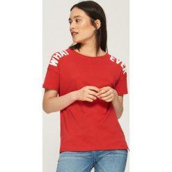 Koszulka z napisami - Czerwony. Czerwone t-shirty damskie marki Cropp, l, z napisami. W wyprzedaży za 14,99 zł.