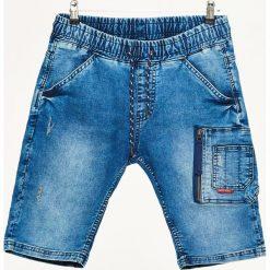 Jeansowe szorty z kieszenią cargo - Niebieski. Niebieskie bermudy męskie Cropp, z jeansu. W wyprzedaży za 49,99 zł.