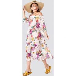 Trendyol Sukienka w kwiaty z odkrytymi ramionami - Beige,Multicolor. Niebieskie długie sukienki marki Reserved, z odkrytymi ramionami. W wyprzedaży za 113,37 zł.