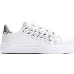 Białe Buty Sportowe Running Wild. Białe buty sportowe dziewczęce Born2be, z materiału, z okrągłym noskiem, na sznurówki. Za 39,99 zł.